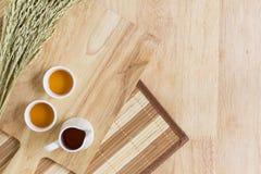 Fond en bois de texture avec des tasses de thé Photographie stock libre de droits