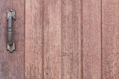 Fond en bois de texture avec la vieille poignée de porte rouillée en métal Photo libre de droits