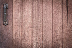 Fond en bois de texture avec la vieille poignée de porte rouillée en métal Photos libres de droits