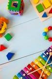 Fond en bois de toyson de bébé d'instruments de musique copiez l'espace, l'endroit pour votre texte ou le slogan Vue supérieure Photographie stock libre de droits