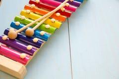 Fond en bois de toyson de bébé d'instruments de musique copiez l'espace, l'endroit pour votre texte ou le slogan Vue supérieure Image stock