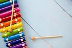 Fond en bois de toyson de bébé d'instruments de musique copiez l'espace, l'endroit pour votre texte ou le slogan Vue supérieure Images stock