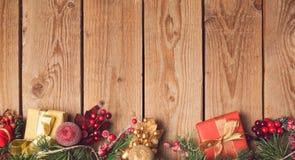 Fond en bois de vacances de Noël avec des décorations et des ornements Images stock