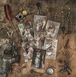 Fond en bois de vieilles clés de cartes postales de jour de valentines de vintage Image libre de droits