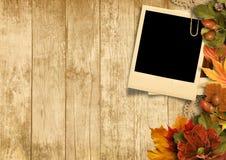 Fond en bois de vintage avec de vieilles décorations de polaroid&autumn Images stock