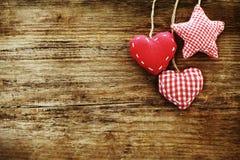 Fond en bois de vintage avec les coeurs rouges Image libre de droits