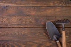 Fond en bois des outils de jardinage o Photographie stock libre de droits