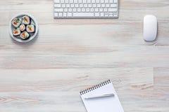Fond en bois doux avec l'électronique et l'ensemble de sushi Photographie stock libre de droits