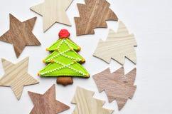 Fond en bois et cuit au four d'arbres et d'étoiles de Noël de pain d'épice Photos stock