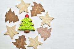 Fond en bois et cuit au four d'arbres et d'étoiles de Noël de pain d'épice Images libres de droits