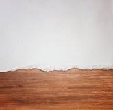 Fond en bois fini de papier déchiré images stock