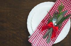 Fond en bois foncé de Noël avec la décoration de Noël, branche de sapin Tableau mis avec la fourchette et le couteau image stock