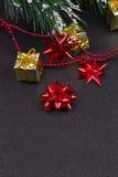 Fond en bois foncé de Noël ou de nouvelle année, panneau noir de Noël encadré avec des décorations de saison Photos libres de droits