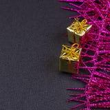 Fond en bois foncé de Noël ou de nouvelle année, panneau noir de Noël encadré avec des décorations de saison Photographie stock libre de droits