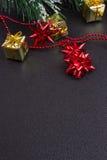 Fond en bois foncé de Noël ou de nouvelle année, panneau noir de Noël encadré avec des décorations de saison Image libre de droits