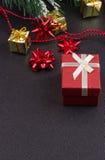 Fond en bois foncé de Noël ou de nouvelle année, panneau noir de Noël encadré avec des décorations de saison Images stock