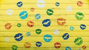 Fond en bois jaune de mur - concept d'amour et de liberté Images stock