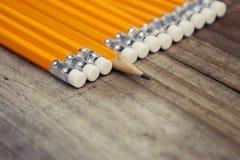 Fond en bois rustique d'affaires et d'éducation avec les crayons jaunes Copiez l'espace pour le message de motivation photographie stock