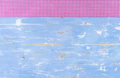 Fond en bois rustique dans bleu-clair avec la frontière de tissu et l'espace vérifiés de copie Photo stock
