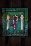 Fond en bon état rustique avec la canne en bois de cuillère, de fourchette et de sucrerie Images stock