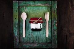 Fond en bon état rustique avec la cuillère, la fourchette et le pot en bois Photo libre de droits