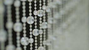 Fond en cristal brillant Pendants en cristal Pierres en cristal Mouvement lent Foyer doux banque de vidéos
