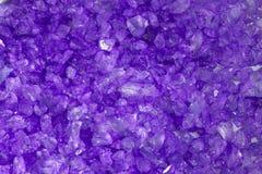 Fond en cristal pourpré de roche photo stock