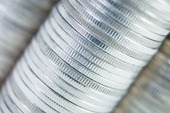 Fond en gros plan de mur de rangée de piles de pièces de monnaie Photos stock