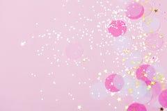 Fond en pastel rose de confettis et d'étincelles illustration de vecteur