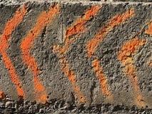 Fond en pierre, flèches, flèches oranges Photos libres de droits