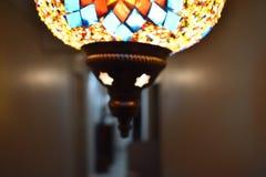Fond en pierre lumineux de noir de lampe de lustre images stock