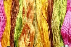 Fond en soie cru coloré de fil Images stock