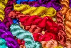 Fond en soie cru coloré de fil Image stock