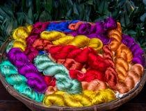 Fond en soie cru coloré de fil Photographie stock