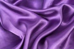 Fond en soie, texture du tissu brillant violet Photos libres de droits