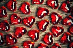 Fond en verre rouge de coeurs Photos stock