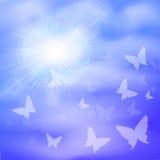 Fond ensoleillé, ciel bleu, nuages blancs de papillon et soleil Image stock