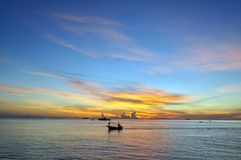 Fond et coucher du soleil de ciel bleu d'océan Photo libre de droits