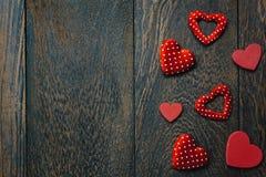 Fond et décorations de jour de valentines de vue supérieure forme d'amour dessus Photo libre de droits