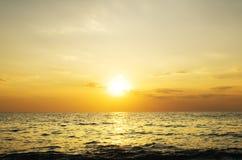 Fond et mer de ciel sur le coucher du soleil Images stock