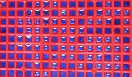 Fond et texture bleus rouges avec des gouttelettes d'eau photographie stock
