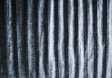 Fond et texture de tissu plissé soyeux de velours dans la couleur grise argentée photo libre de droits