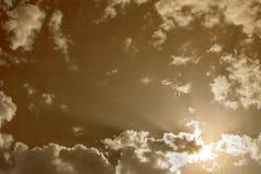 Fond excessif Ciel nuageux modifié la tonalité avec les nuages gris blancs images stock