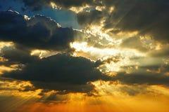 Fond extérieur de beau de saison de lumière du soleil de ciel de coucher du soleil de fond de nuage beau coucher du soleil coloré Photos libres de droits