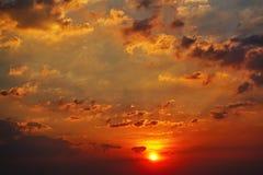 Fond extérieur de beau de saison de lumière du soleil de ciel de coucher du soleil de fond de nuage beau coucher du soleil coloré Image libre de droits