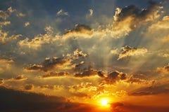Fond extérieur de beau de saison de lumière du soleil de ciel de coucher du soleil de fond de nuage beau coucher du soleil coloré Photo libre de droits