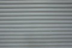 Fond extérieur de texture peint par porte ondulée en métal Le grunge donne à des milieux une consistance rugueuse Vieux fond criq Photo stock