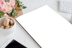 Fond féminin avec du café, le smartphote, les roses et la magazine Photo stock