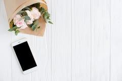 Fond féminin simple avec le smartphote Photo stock