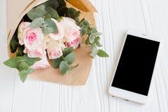 Fond féminin simple avec le smartphote Image libre de droits